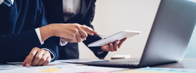 equipo-negocio-usando-tableta-ordenador-portatil-trabajar-oficina_2034-1464.jpg
